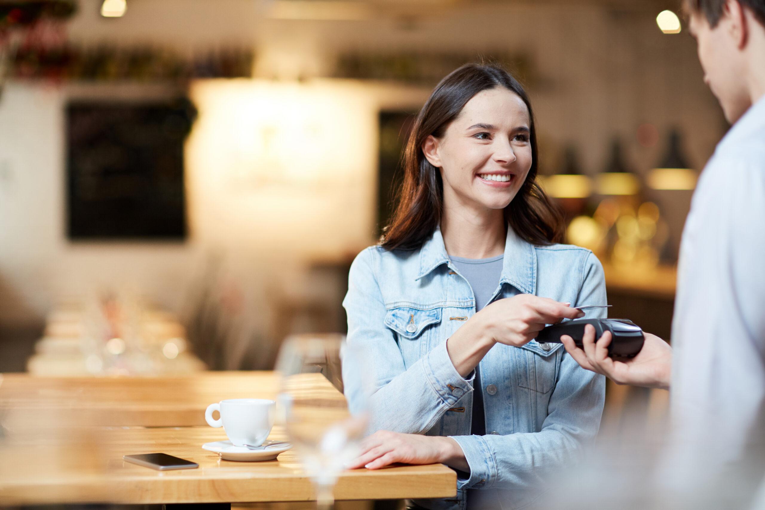 Das Kundenerlebnis und die Customer Experience ausbauen. Kundenerwartungen übertreffen. Kundenservice schulen. Kundenbedürfnisse mit Technologien erkennen. Kundenwünsche durch Kundenbefragungen ausfindig machen.